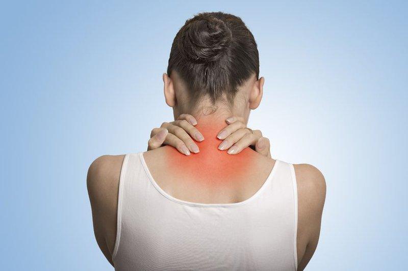 Đau nhức, khó cử động vùng cổ là các triệu chứng điển hình của bệnh thoái hóa cột sống cổ