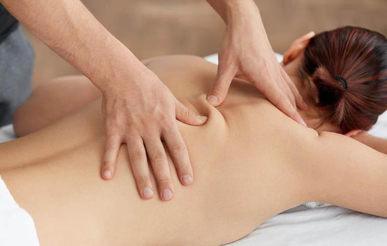 Tác động từ massage vừa giúp giãn cơ, lưu thông huyệt vị và cải thiện quá trình lưu thông máu